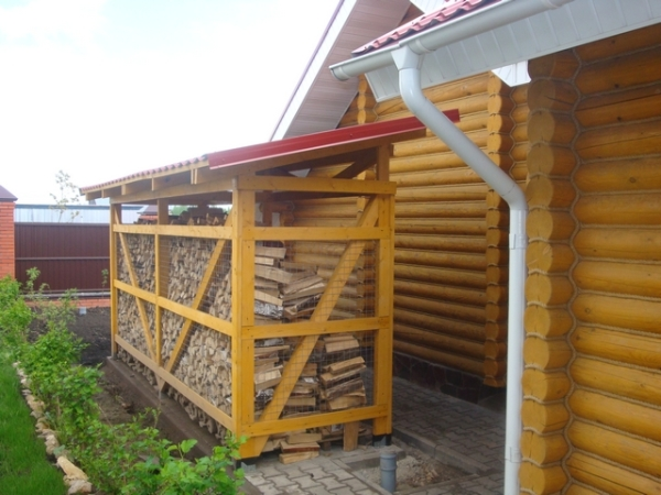 Установка конструкции на определенном удалении от деревянного дома