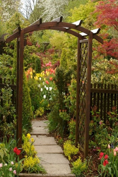 Установка на входе простой конструкции из дерева – отличное украшение для садового участка