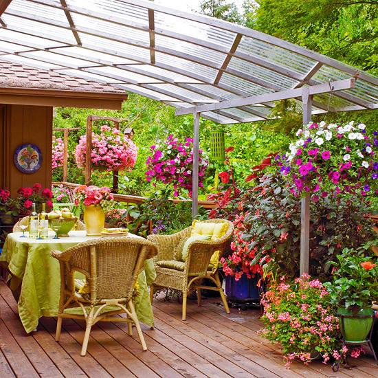Уютное место под навесом на даче