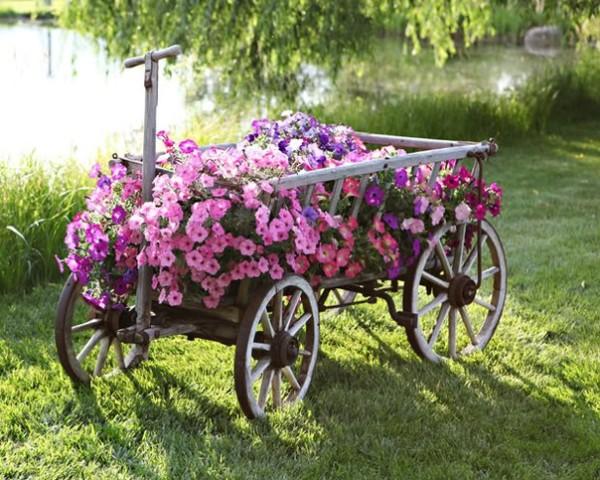В декоре сада в сельском стиле можно использовать телеги, корзины и плетеные заборы