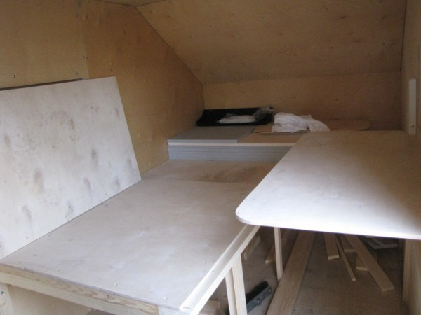 В этом положении лежанки и столика дом превращается в миниатюрную столовую.