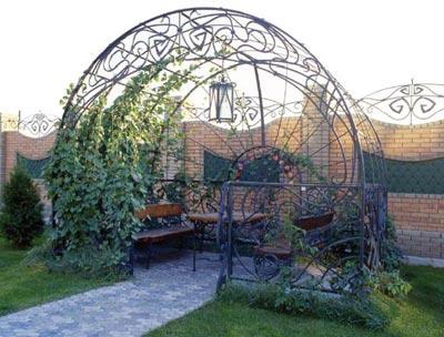 В этом примере кованые арки использованы для организации уютной беседки