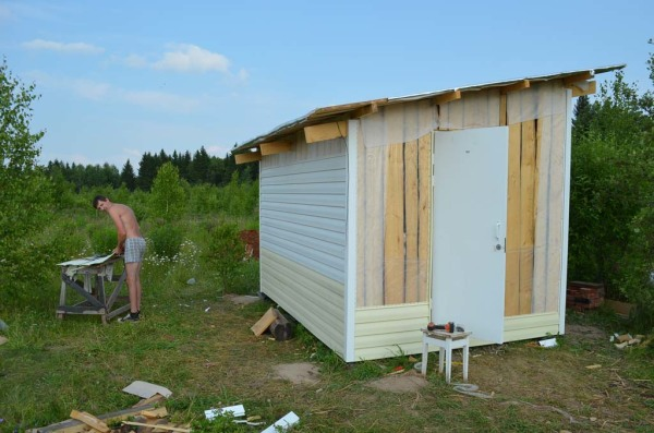 В качестве стен можно использовать не строганные доски, а в качестве фасада – сайдинг