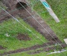 В нужных местах копаются ямки для заливки
