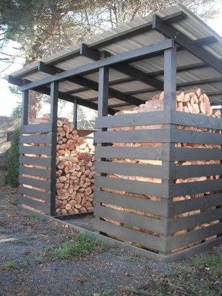 Вариант изготовления простейшей конструкции для хранения дров, изготовленной из древесины и листа металлического профиля