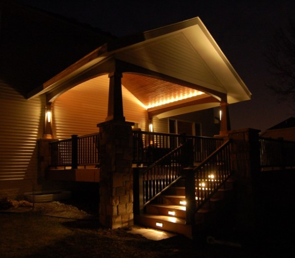 Веранда подсвечивается фасадными светильниками