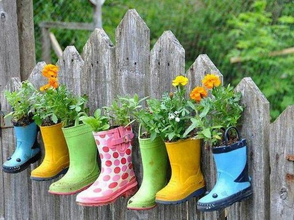 Вместо горшков под цветы можно использовать яркие детские резиновые сапоги