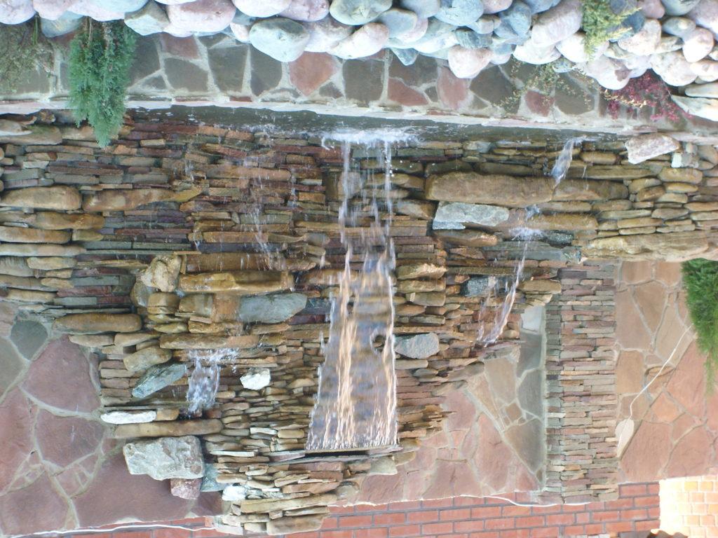Водопады высотой более 1,5 м устанавливают у стен, предварительно проводя гидроизоляционные работы