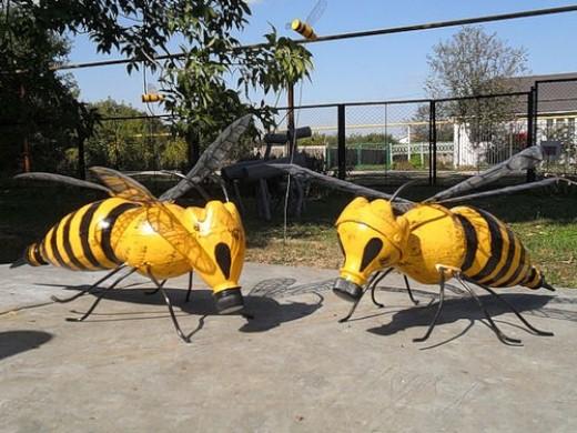 Вот вам и космические осы, собранные из разных частей баклажек и кусков кабеля в качестве ног.