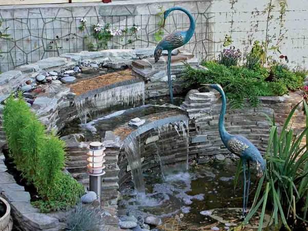 Возле вашего водопада уютно разместятся глиняные, фарфоровые, стеклянные и даже деревянные скульптуры