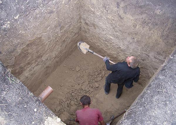 Выкапывание выгребной ямы