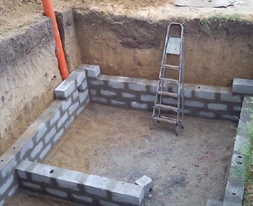 Выкладываем стены из кирпича или блоков.