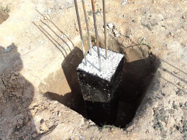 Выполняем гидроизоляцию битумной мастикой.