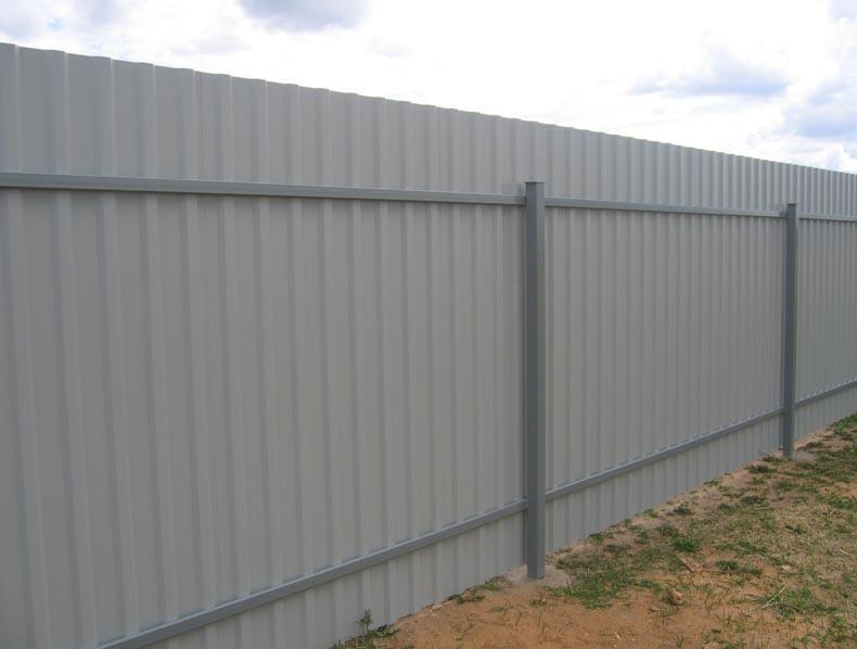 Забор из профлиста: вид изнутри участка.